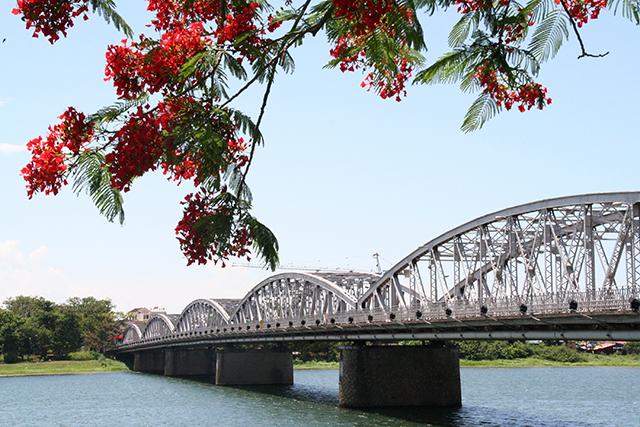 Cầu Trang Tiền bắc qua dòng sông Hương thơ mộng